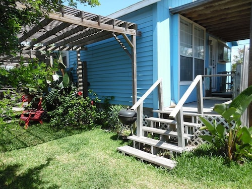 Palm Cottage! Fenced Yard, Dog Friendly, Close to Shops and Restaurants