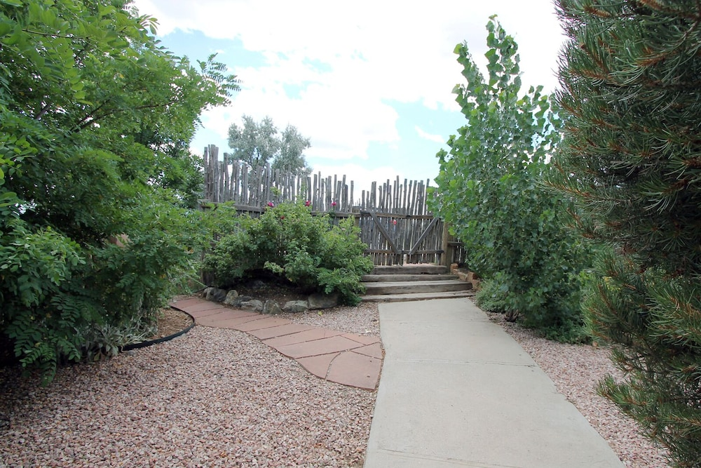 Property Grounds, Blue Bird Farm - Spacious Stylish 5 Bed/3 Bath Taos Farmhouse With AC
