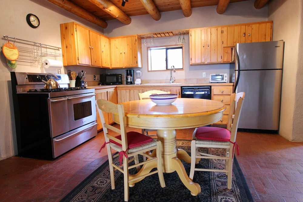 Private Kitchen, Blue Bird Farm - Spacious Stylish 5 Bed/3 Bath Taos Farmhouse With AC