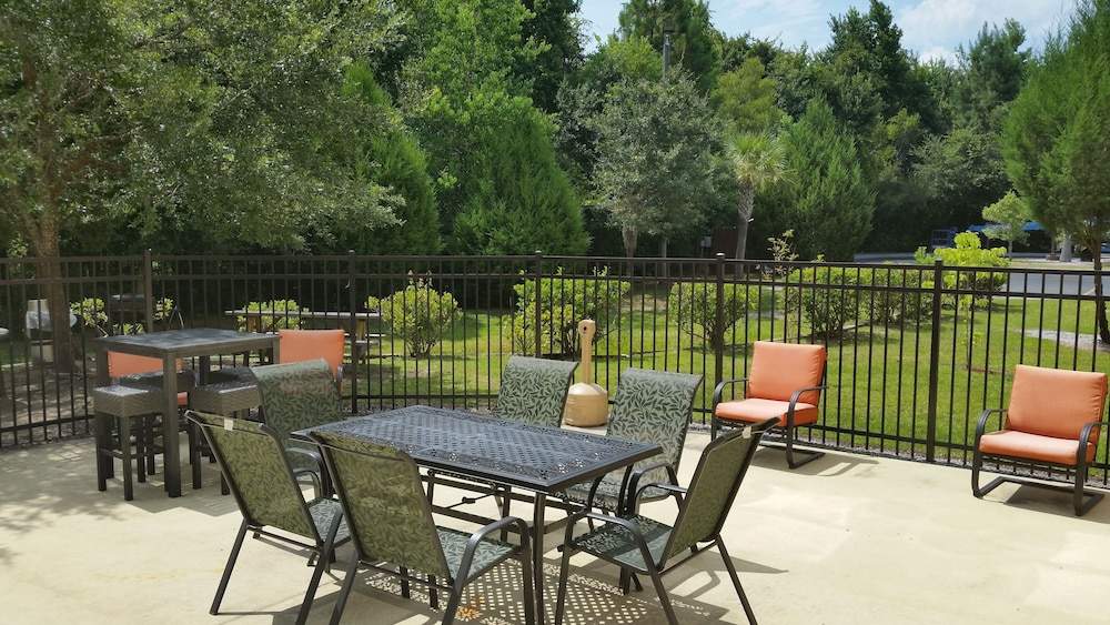 BBQ/Picnic Area, Holiday Inn Express Hinesville
