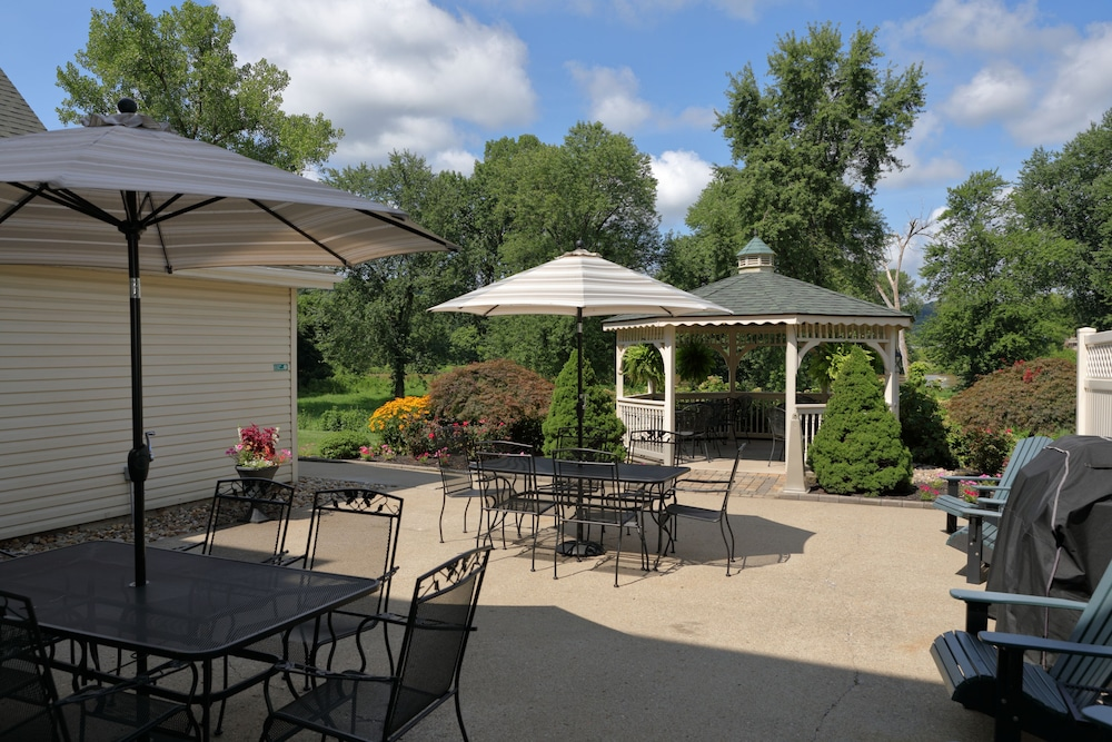 BBQ/Picnic Area, Coshocton Village Inn and Suites