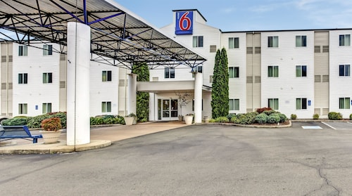 Check Expedia for Availability of Motel 6 Roseburg