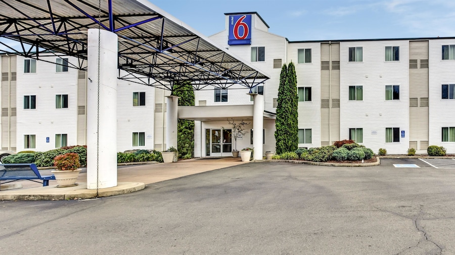 Motel 6 Roseburg, OR