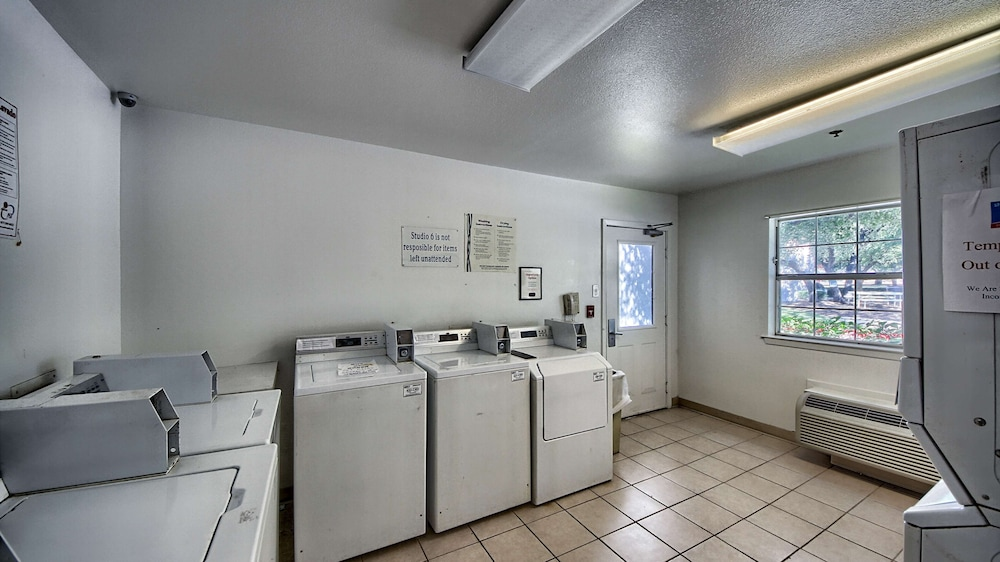 Laundry Room, Studio 6 San Antonio, TX - Six Flags