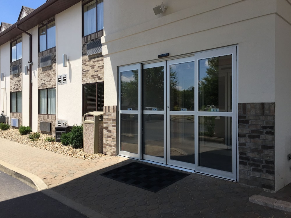 Property Entrance, Schoenbrunn Inn & Conf. Center, Ascend Hotel Collection