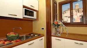 Frigorifero, microonde, piano cottura, pentole/stoviglie/utensili