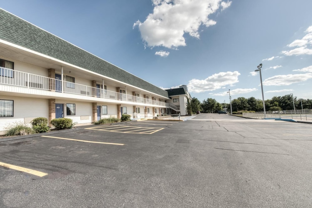 Parking, Motel 6 Niantic, CT - New London
