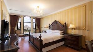 Pillowtop-patjalliset sängyt, minibaari, tallelokero huoneessa, työpöytä