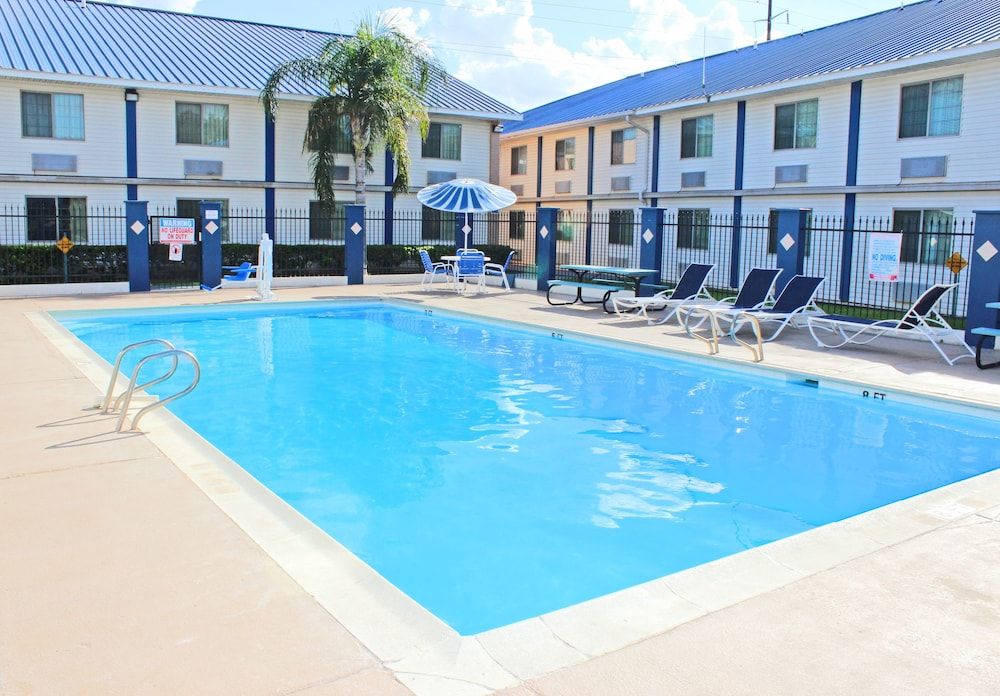 Outdoor Pool, Days Inn & Suites by Wyndham Laredo
