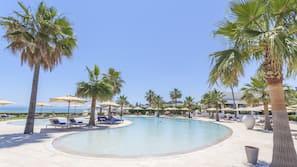 Piscine couverte, 2 piscines extérieures, cabanons gratuits