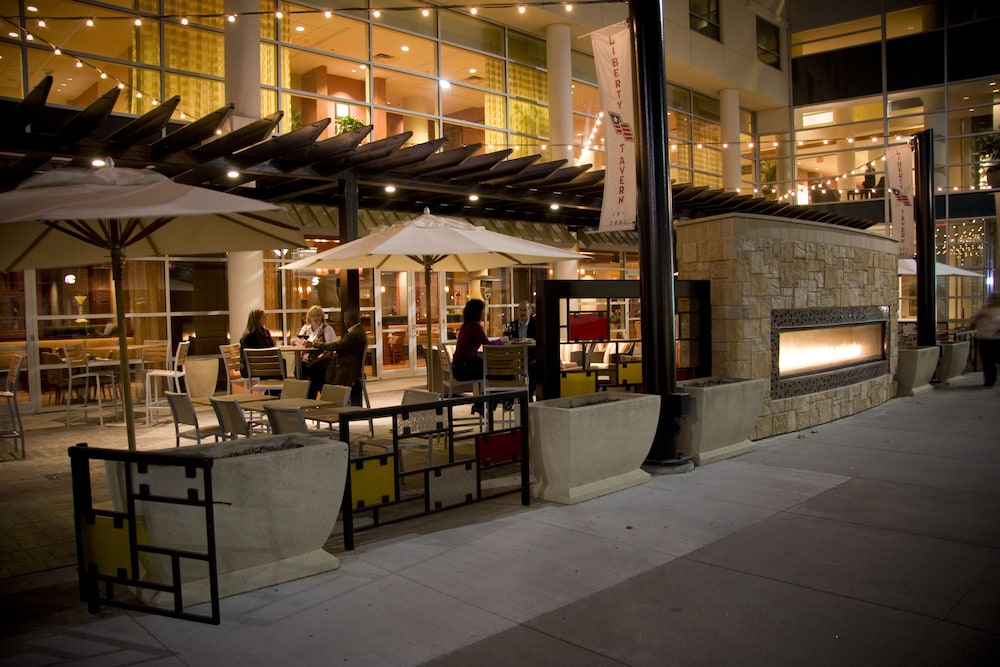 Outdoor Dining, Hilton Omaha