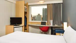 Minibar, värdeförvaringsskåp på rummet och skrivbord