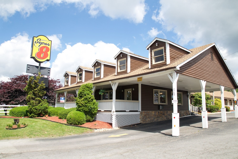 Front of Property, Super 8 by Wyndham Christiansburg