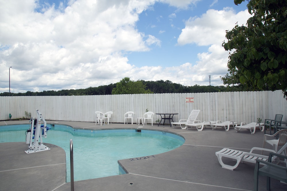 Outdoor Pool, Super 8 by Wyndham Christiansburg