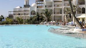 4 outdoor pools, open 9:00 AM to 6:00 PM, pool umbrellas, pool loungers