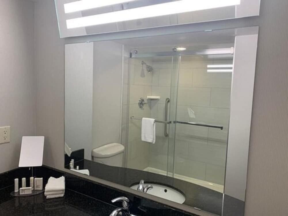 Bathroom, Courtyard by Marriott London