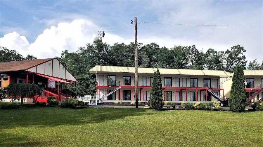 Econo Lodge Inn & Suites near Split Rock and Harmony Lake