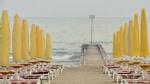 Spiaggia privata, sabbia bianca, lettini da mare