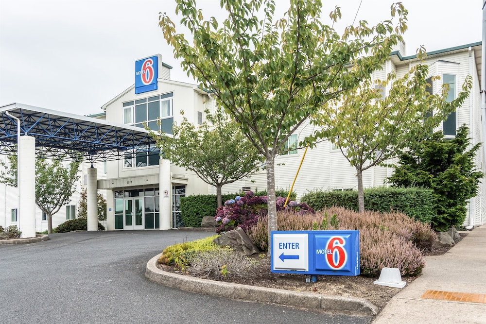 Front of Property, Motel 6 Lincoln City, OR