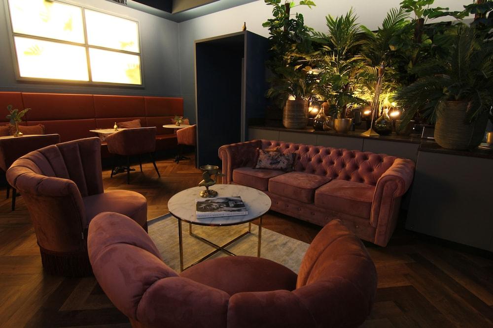Zona de estar en el vestíbulo savoy hotel amsterdam