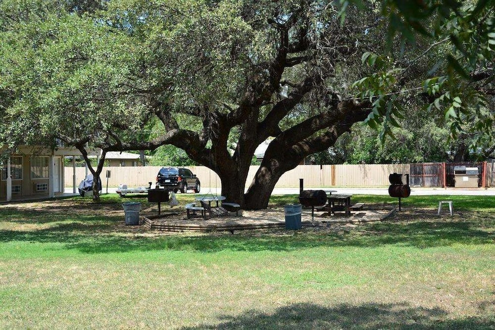Property Grounds, Inn of Uvalde