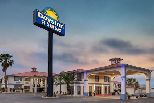 Days Inn & Suites by Wyndham Braunig Lake