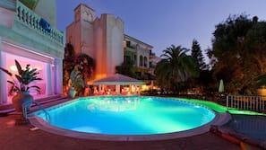 2 piscine coperte, 3 piscine all'aperto, lettini