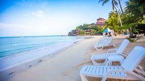 Trên bãi biển, dù trên bãi biển, quán bar trên bãi biển