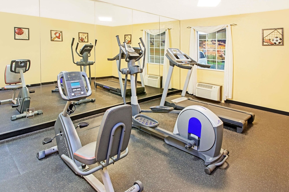 Fitness Facility, Days Inn & Suites by Wyndham Terre Haute