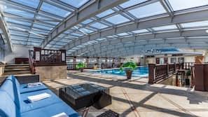 2 piscines couvertes, chaises longues