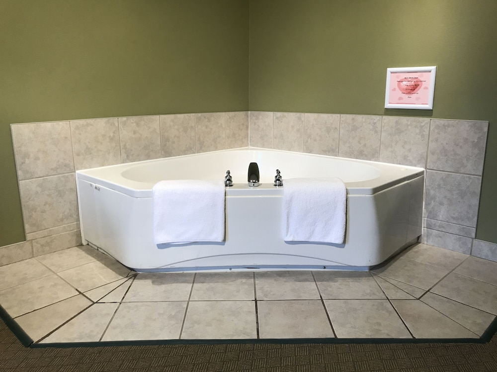 Jetted Tub, Super 8 by Wyndham Amherst NS