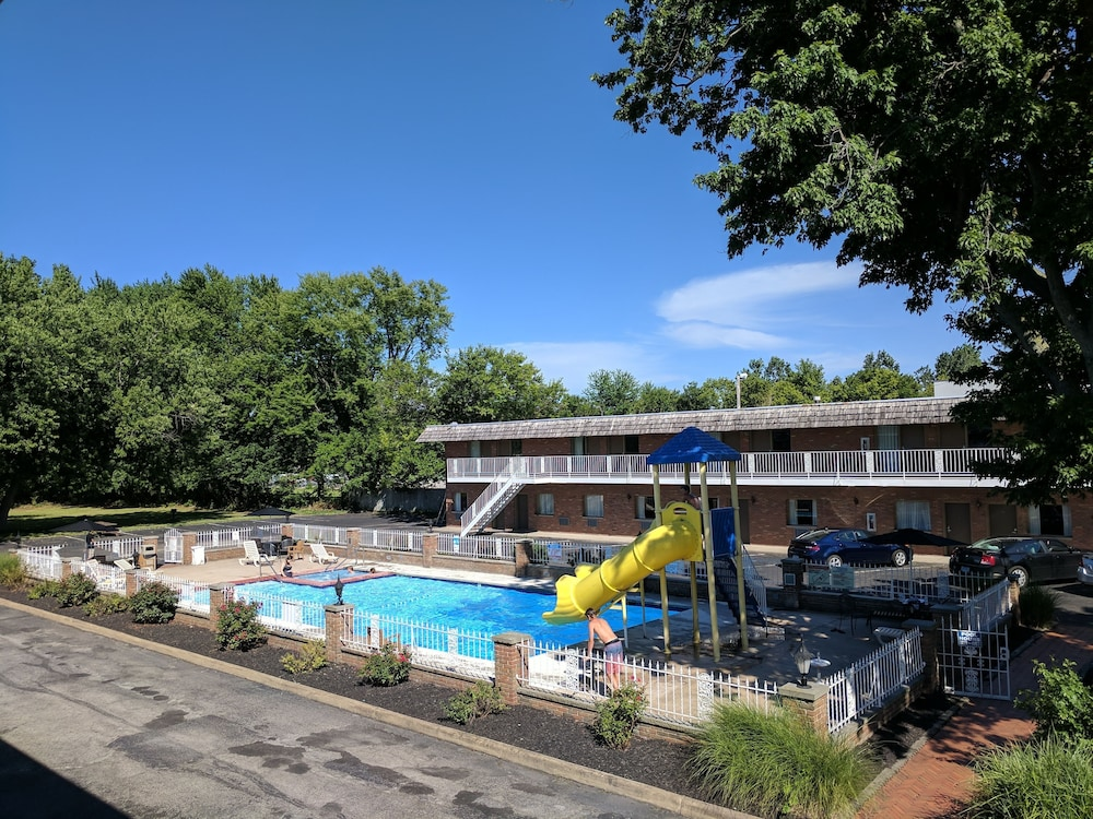 Outdoor Pool, South Shore Inn