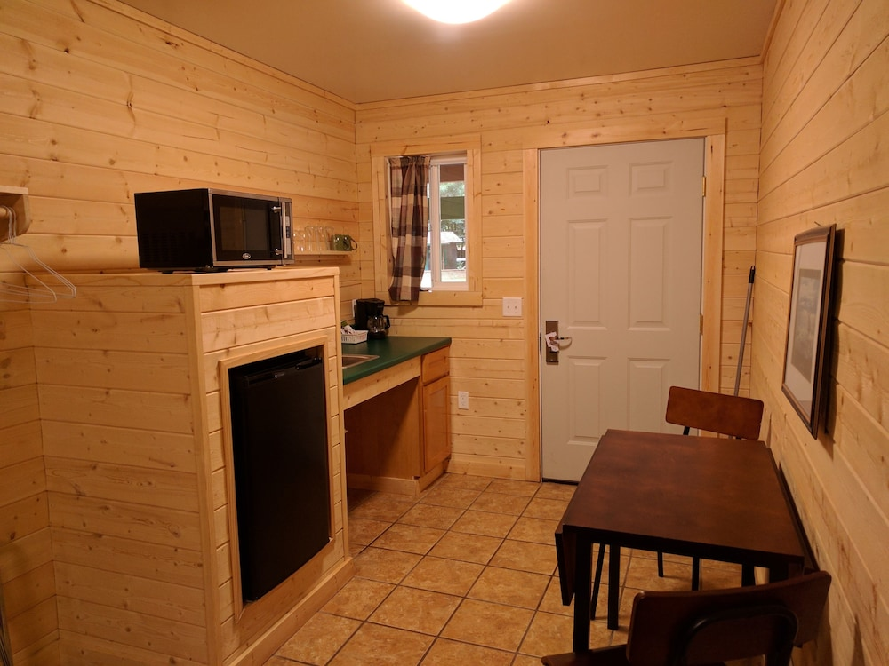 Private Kitchenette, Emerald Forest Cabins