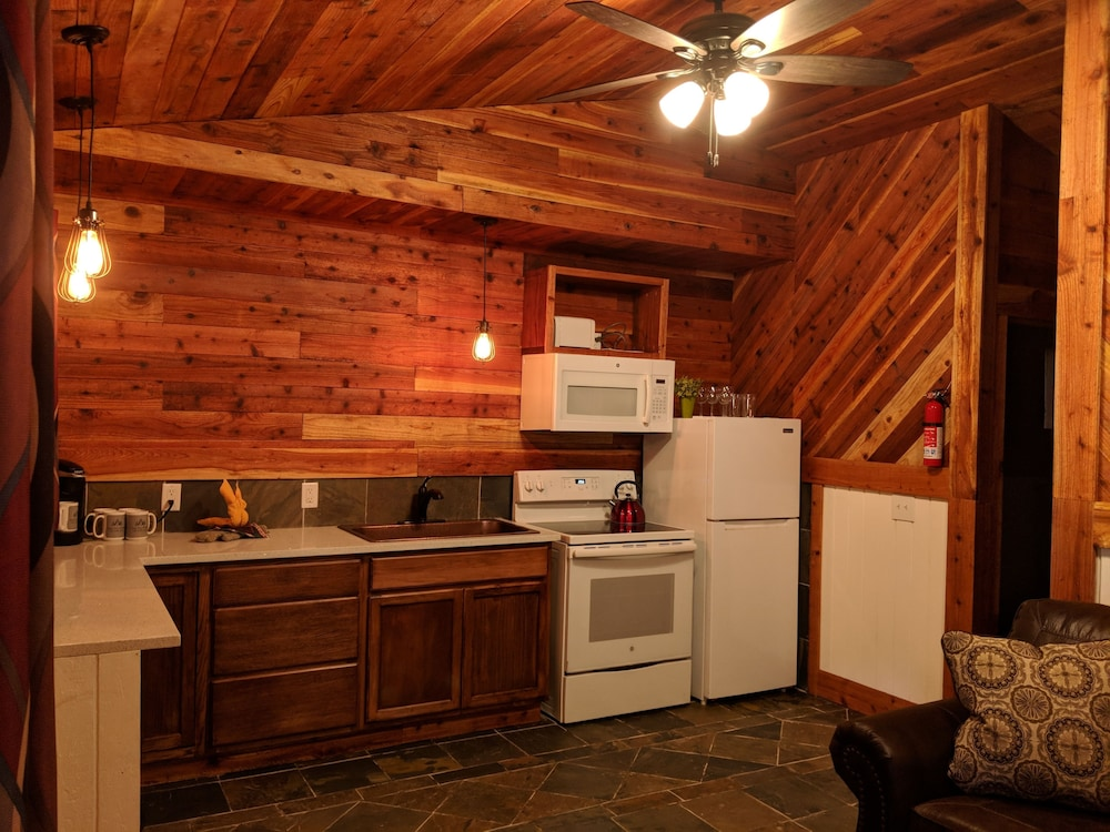 Private Kitchen, Emerald Forest Cabins