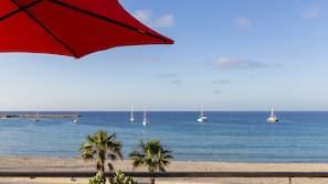 Una spiaggia nelle vicinanze, sabbia bianca, lettini da mare, ombrelloni