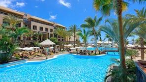 4 buitenzwembaden, parasols voor strand/zwembad