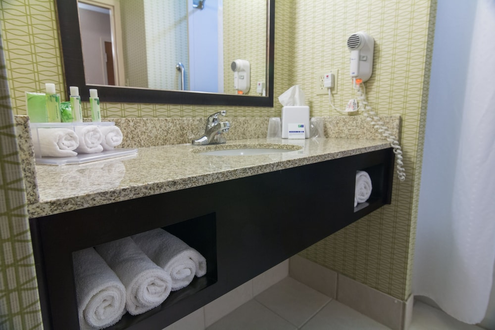 Bathroom, Holiday Inn Express Hotel & Suites Winchester