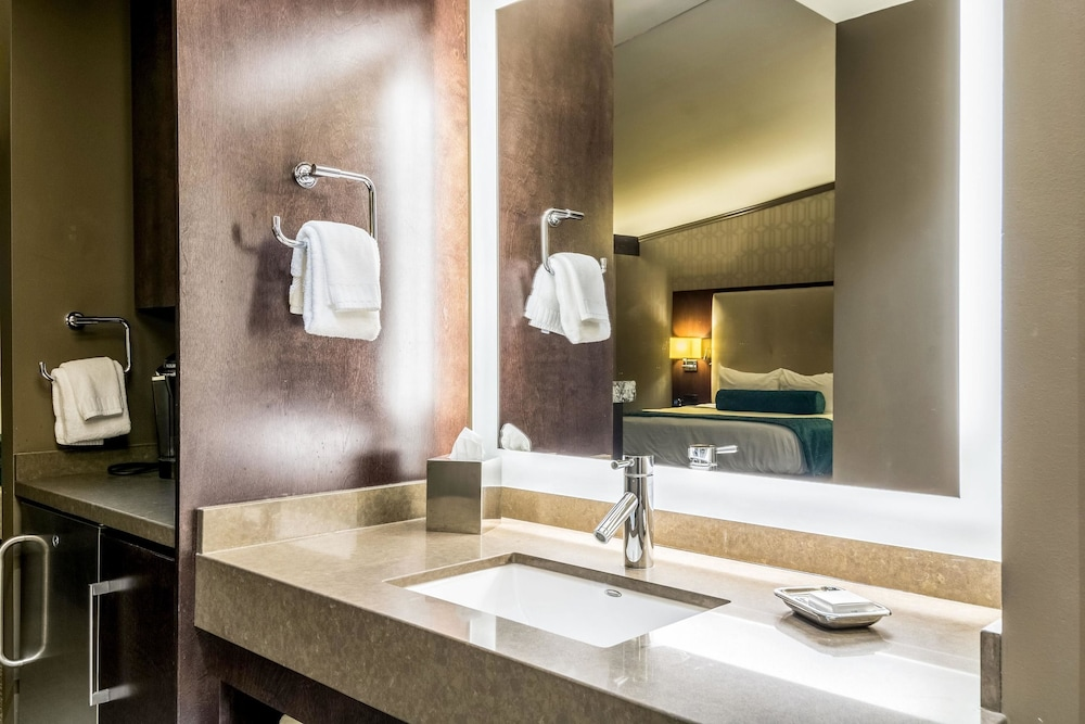 Bathroom, Oasis Hotel & Conv. Center, Ascend Hotel Collection