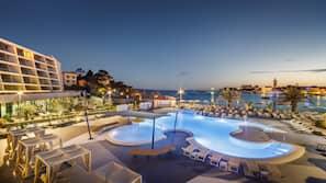 Piscine couverte, 2 piscines extérieures, tentes de plage