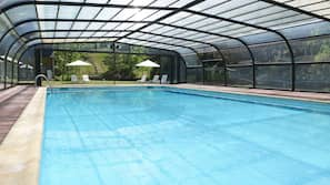Una piscina cubierta (de 10:00 a 20:00), tumbonas