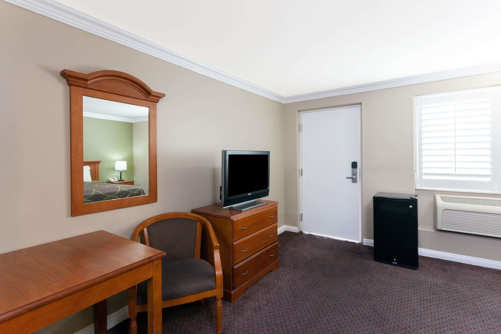 Room, Super 8 by Wyndham Torrance LAX Airport Area