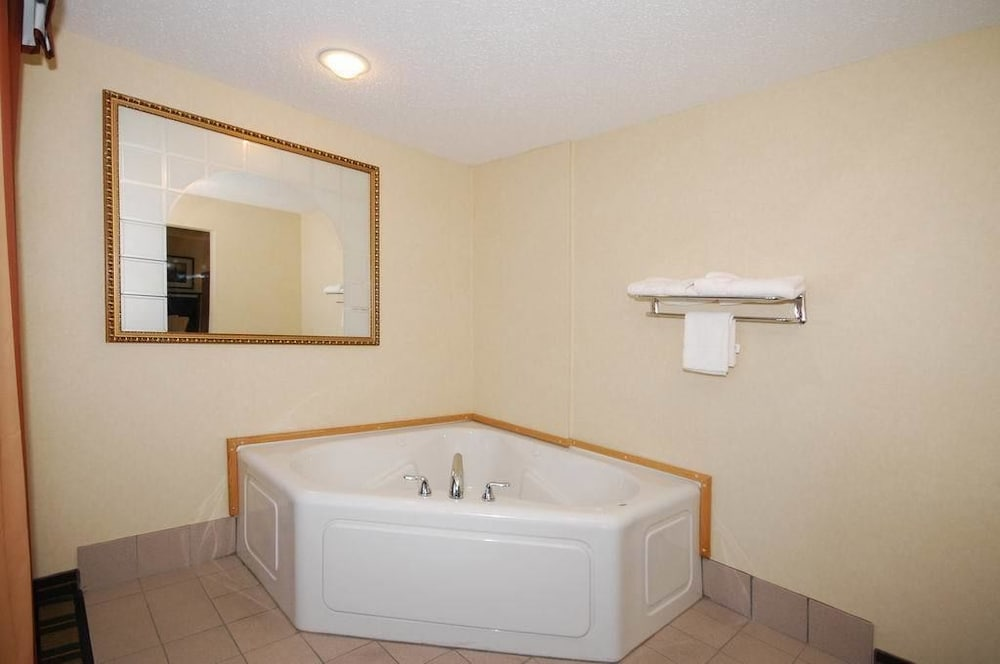 Deep Soaking Bathtub, Comfort Suites