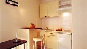 Frigorífico, microondas, lavavajillas y cafetera o tetera
