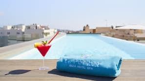 Una piscina al aire libre de temporada (de 10:30 a 19:00), sombrillas