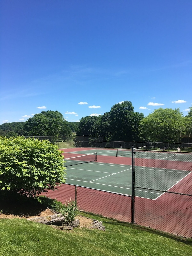 Tennis Court, The Lakeview Hotel, Shanty Creek Resort