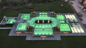 2 piscine coperte, 4 piscine all'aperto, ombrelloni da piscina, lettini