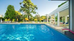 Piscina coperta, 3 piscine all'aperto, ombrelloni da piscina, lettini