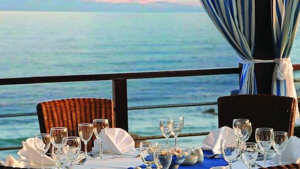 3 restaurants, breakfast, lunch and dinner served, international cuisine