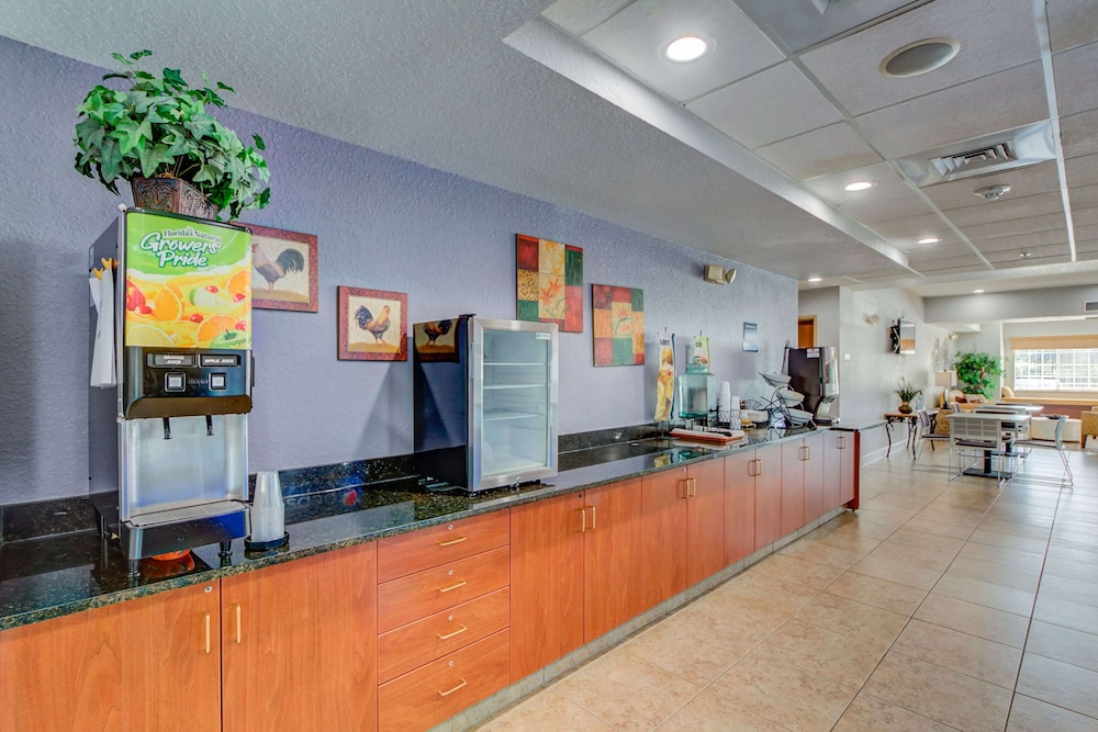 Breakfast Area, Microtel Inn & Suites by Wyndham Zephyrhills