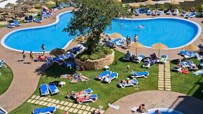 Piscine couverte, 4 piscines extérieures